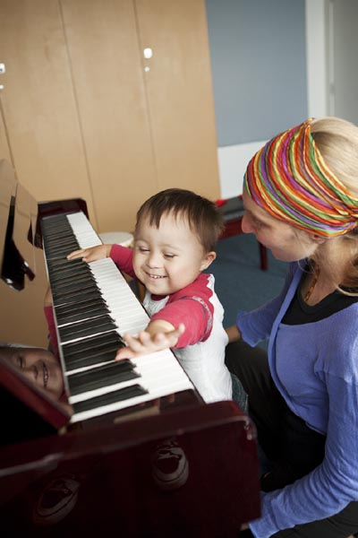 A child and music therapist
