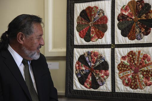 The Hon Dr Pita Sharples admires the Dresden Plate quilt